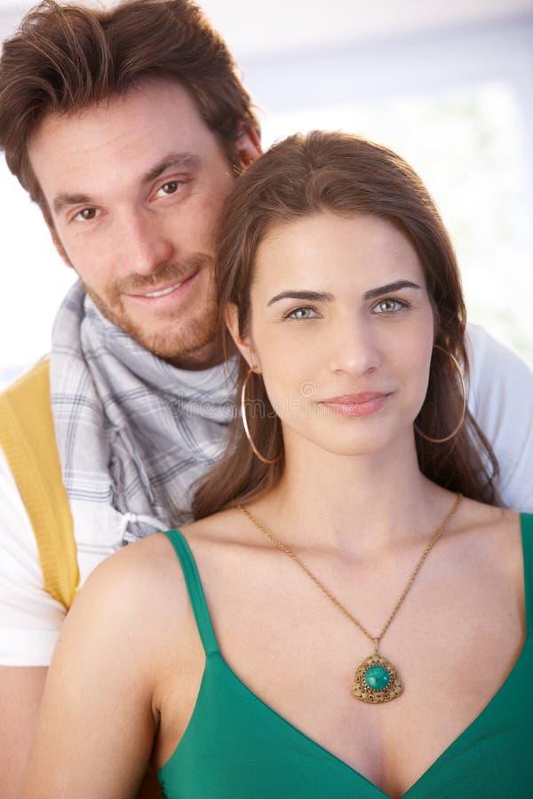纵向好夫妇微笑 免版税库存照片