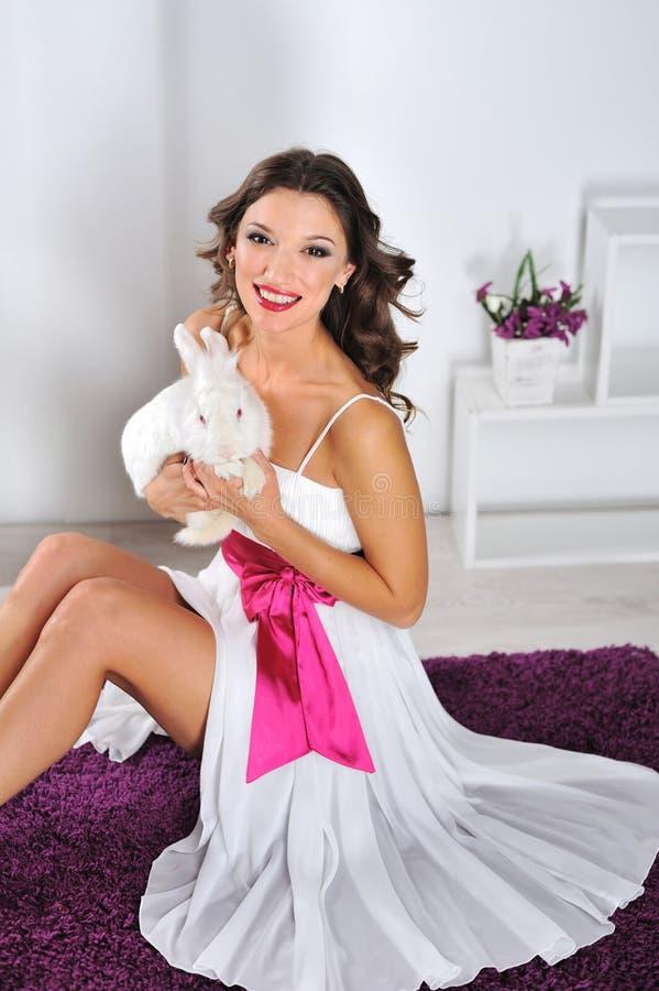 纵向妇女和兔子 库存图片