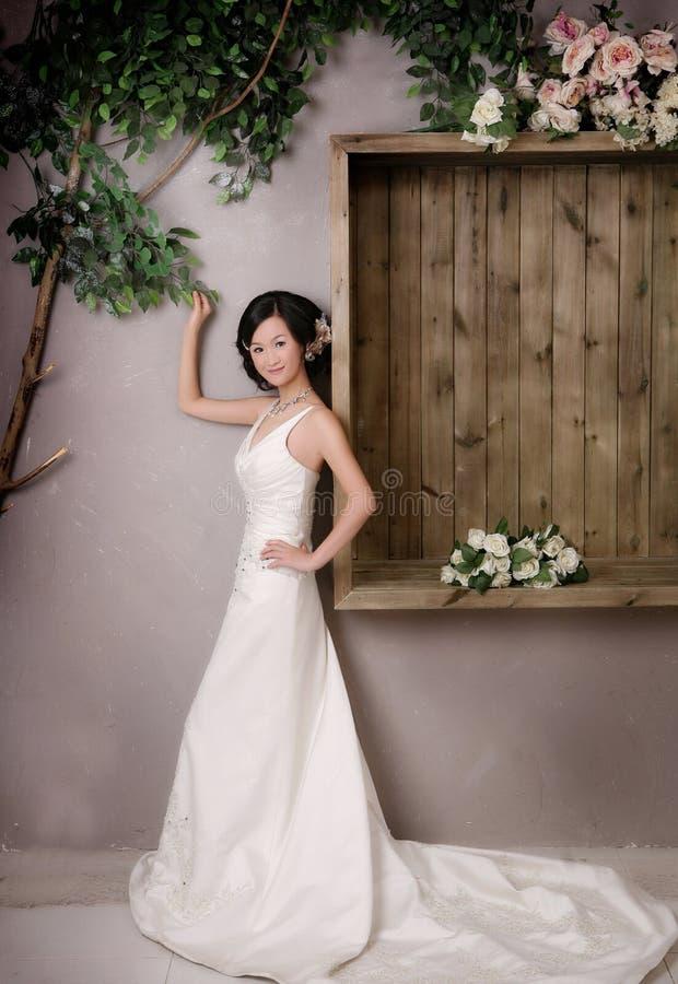 Download 纵向婚礼妇女 库存图片. 图片 包括有 beautifuler, 迷住, 妇女, 项链, 纵向, 花束, 周道 - 15677249