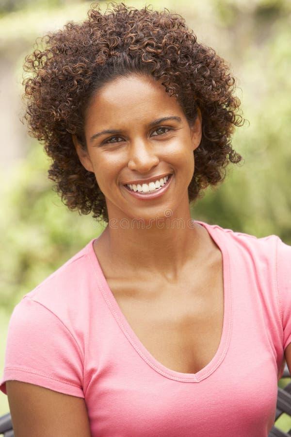 纵向微笑的妇女年轻人 免版税图库摄影