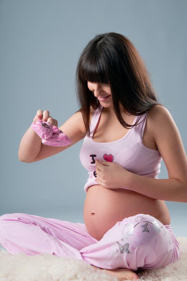 纵向怀孕的工作室妇女 库存照片