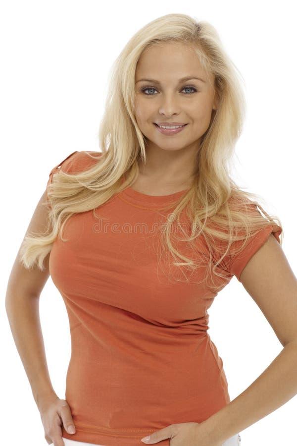 纵向有吸引力白肤金发妇女微笑 免版税库存图片