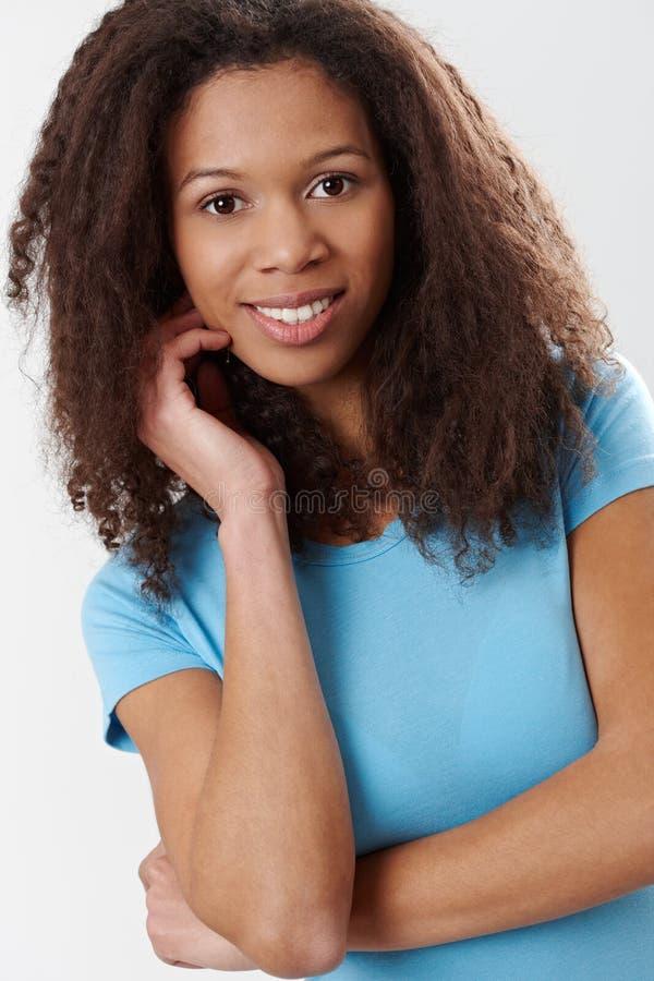 纵向有吸引力美国黑人妇女微笑 免版税库存图片