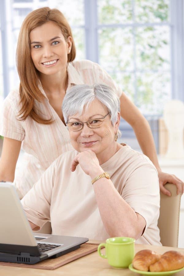 纵向祖母和孙女微笑 免版税库存照片