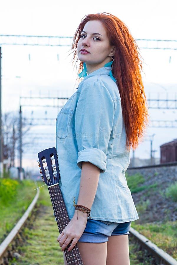 纵向红头发人妇女年轻人 免版税图库摄影