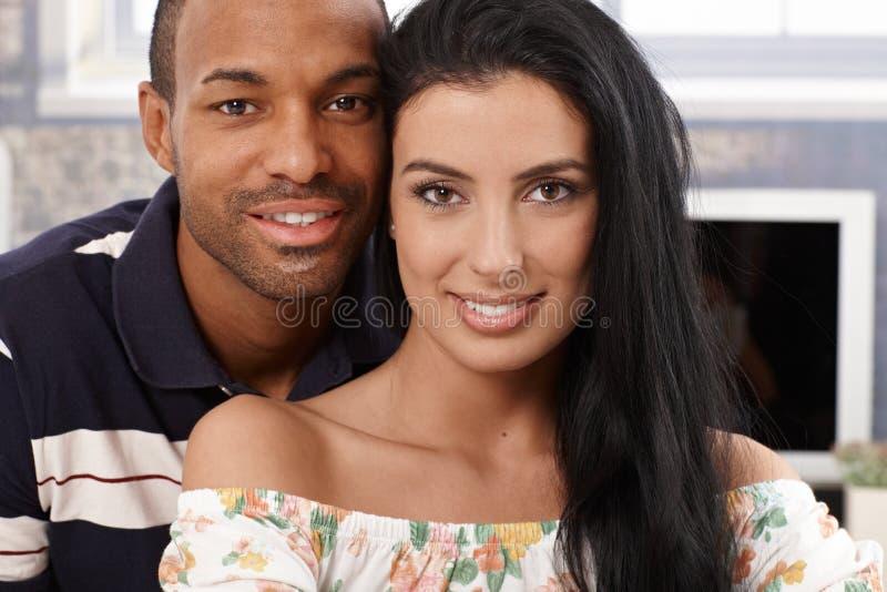 纵向美好人种间夫妇微笑 库存照片