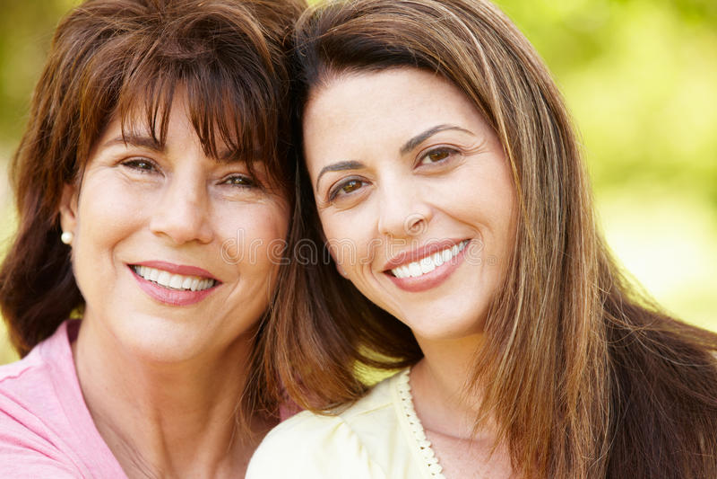 纵向西班牙母亲和成人女儿 库存照片