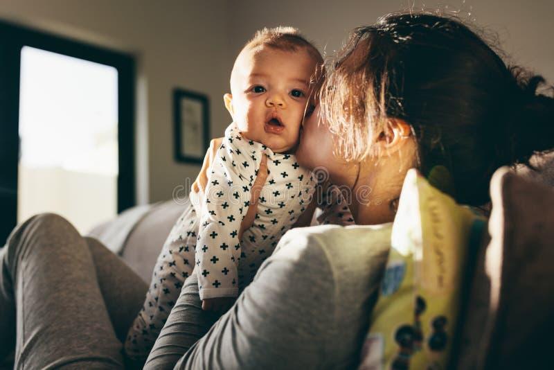 纵容她的婴孩的母亲 图库摄影