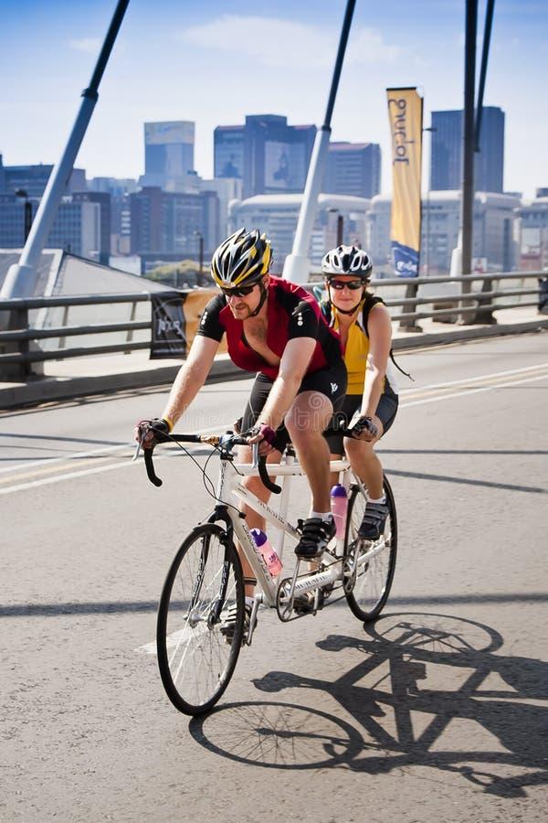 纵排7 94个挑战循环的骑自行车者 免版税库存图片
