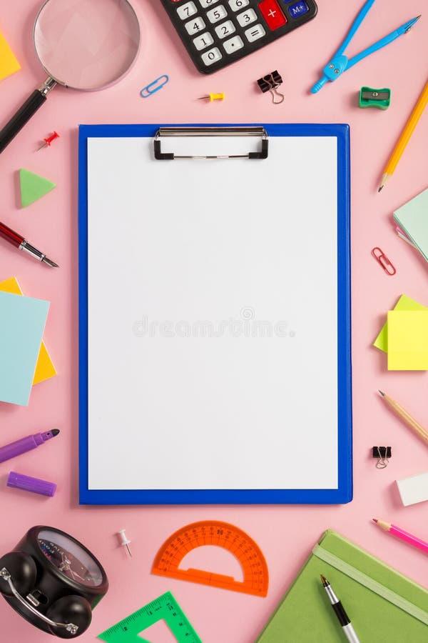 纸剪贴板和学校用品 库存图片