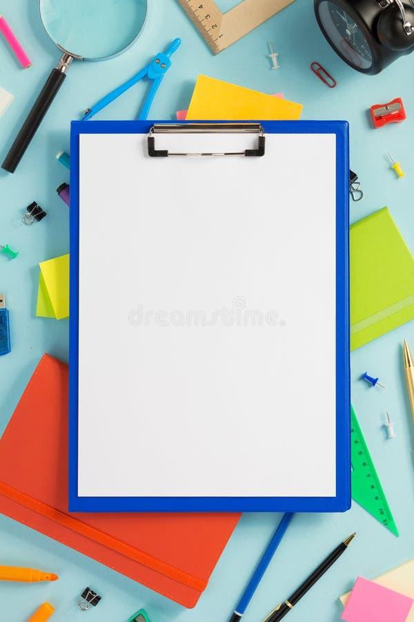 纸剪贴板和学校辅助部件 免版税库存图片