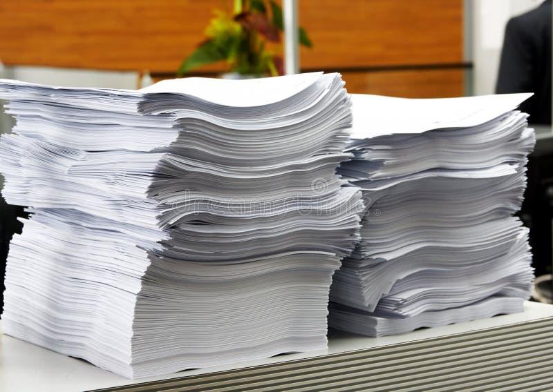 纸叠在办公室作为官僚和公务员的标志 图库摄影