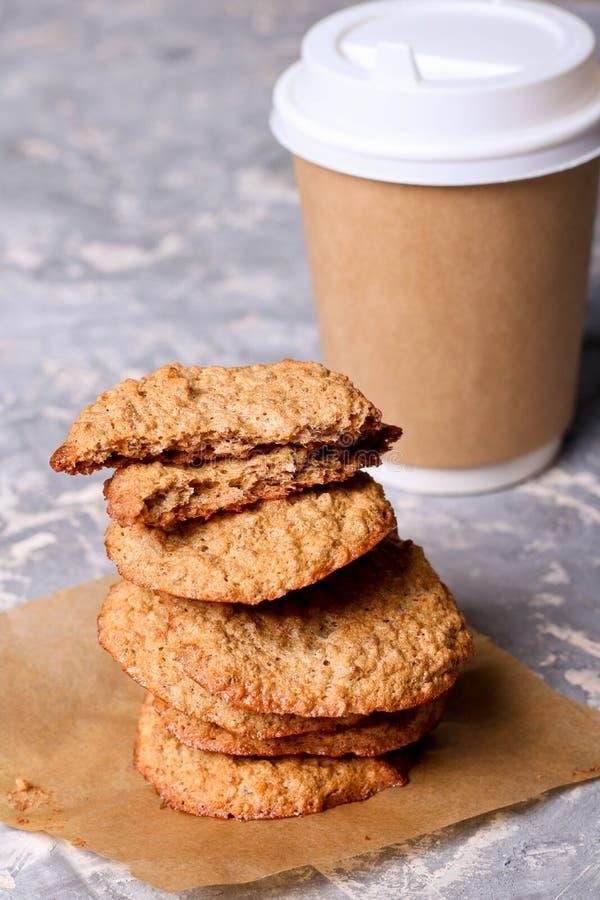 纸咖啡和曲奇饼 库存照片