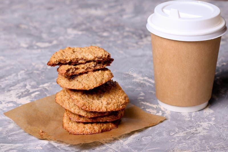 纸咖啡和曲奇饼 库存图片