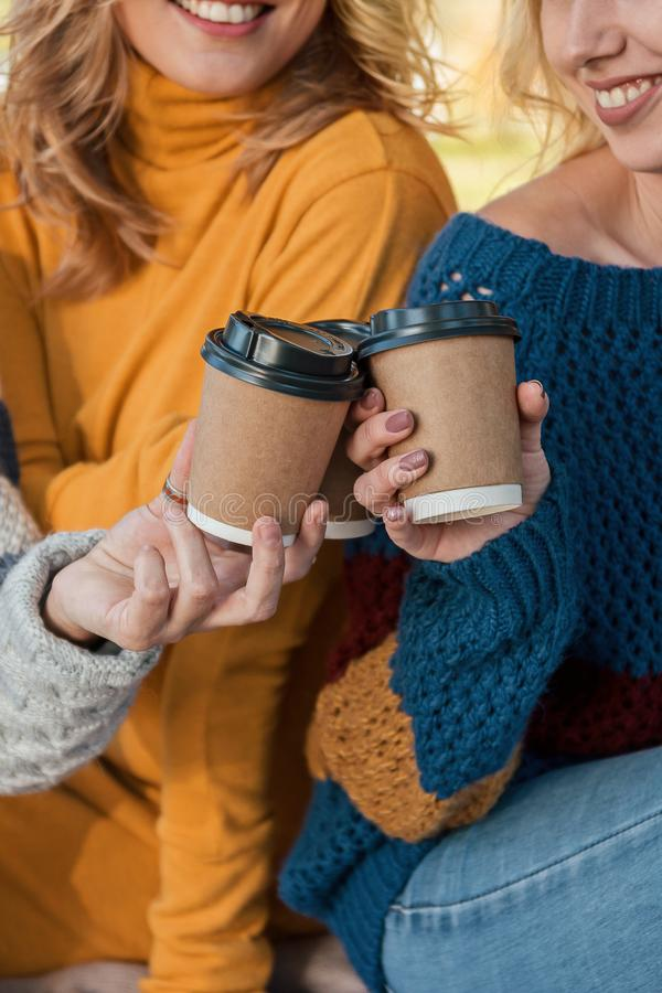 纸咖啡在微笑的可爱的妇女的手上 免版税库存图片