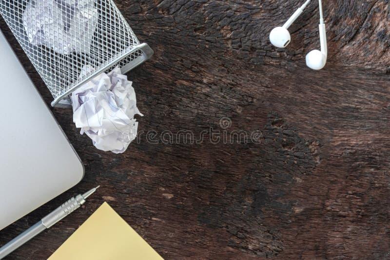 纸垃圾落对回收站的压皱纸,被投掷金属化篮子容器,在办公室垃圾的溢出的废纸 图库摄影