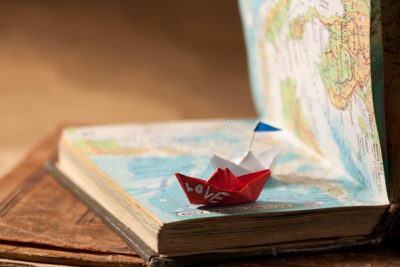 纸小船和爱。 免版税库存照片