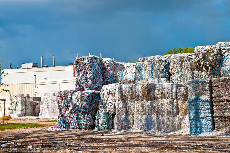 纸废物和工厂 库存照片
