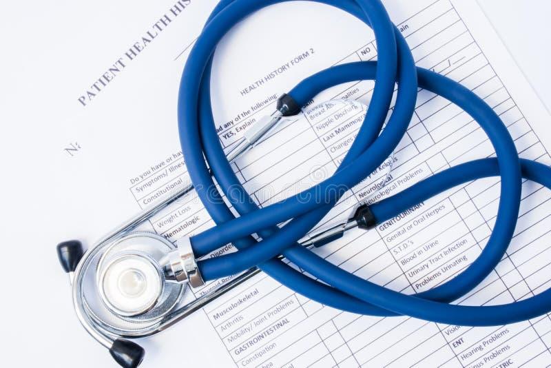 纸形式病史和听诊器对此 患者的注册的概念在诊所或医院,收集信息 库存照片