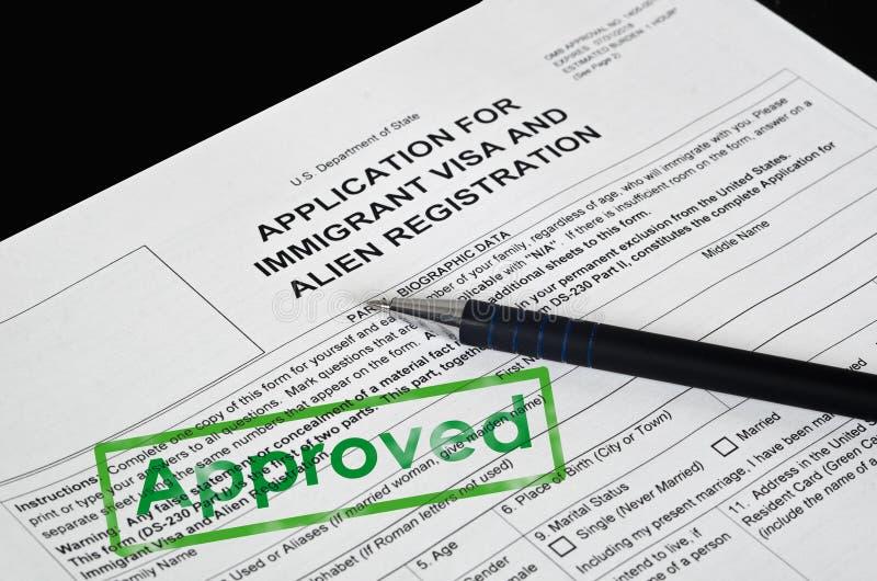 纸形式美国移民签证说谎黑表面上 免版税库存照片