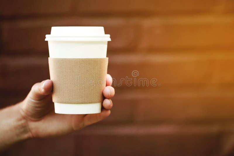 纸杯外带的咖啡在手上 库存照片