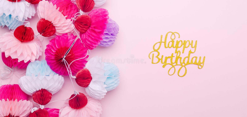 纸杯形蛋糕诗歌选和在桃红色的生日快乐字法  免版税库存图片