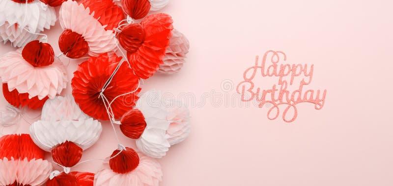 纸杯形蛋糕诗歌选和在桃红色背景的生日快乐字法 党和庆祝概念 适合伟大为您其中任一 免版税库存照片