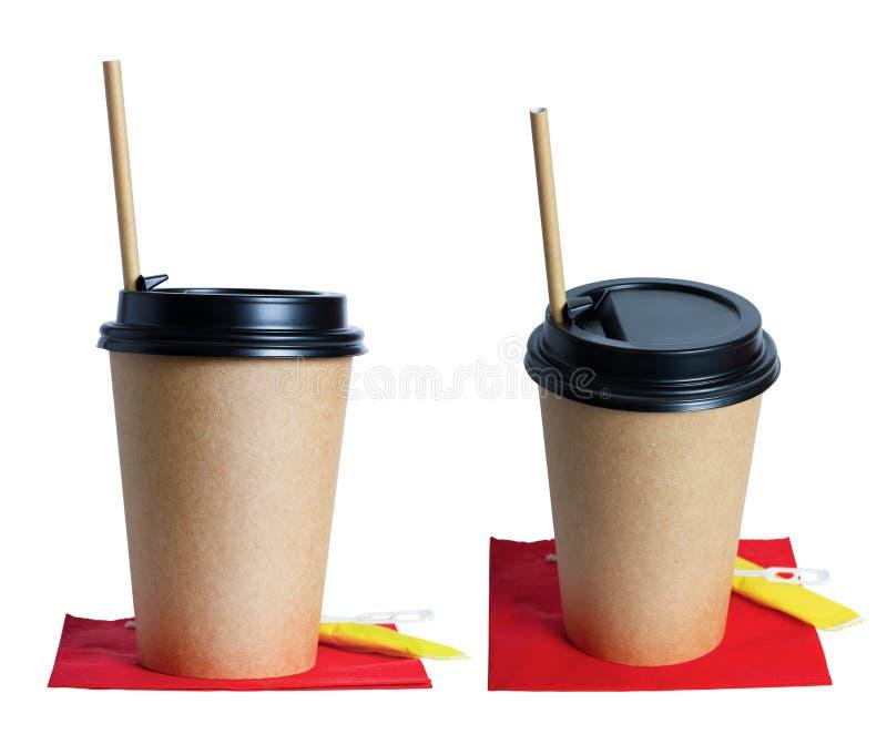 纸板在一块红色餐巾的咖啡杯卡拉服特, 袋子糖,纸板管  E 免版税库存图片