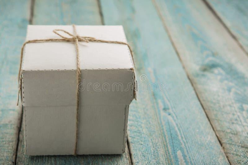 纸板在木桌上的礼物盒 免版税图库摄影