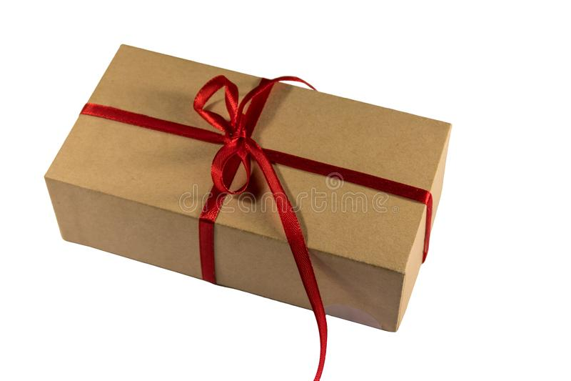 纸板有在白色背景隔绝的红色丝带的礼物盒 库存图片