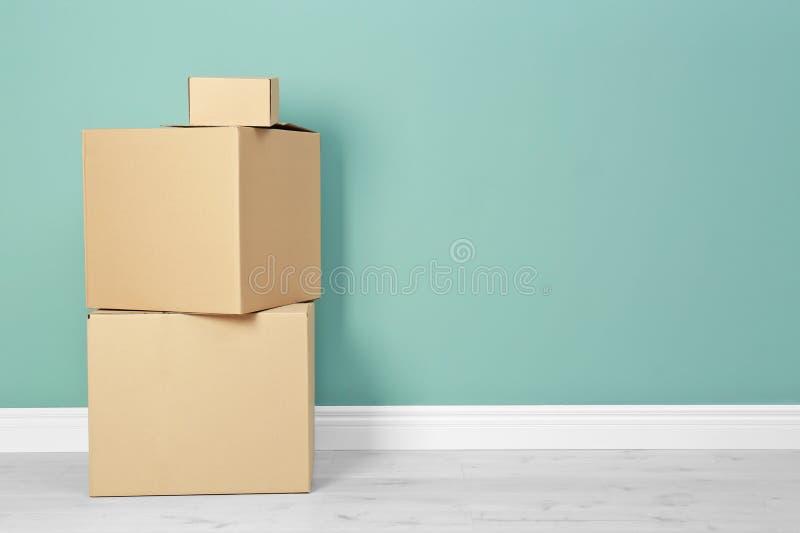 纸板箱临近墙壁 免版税图库摄影