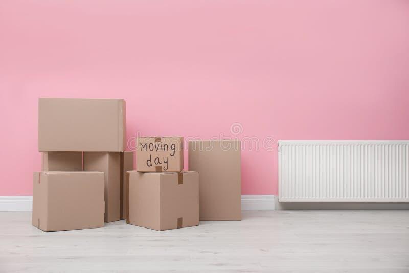 纸板箱临近颜色墙壁 库存照片