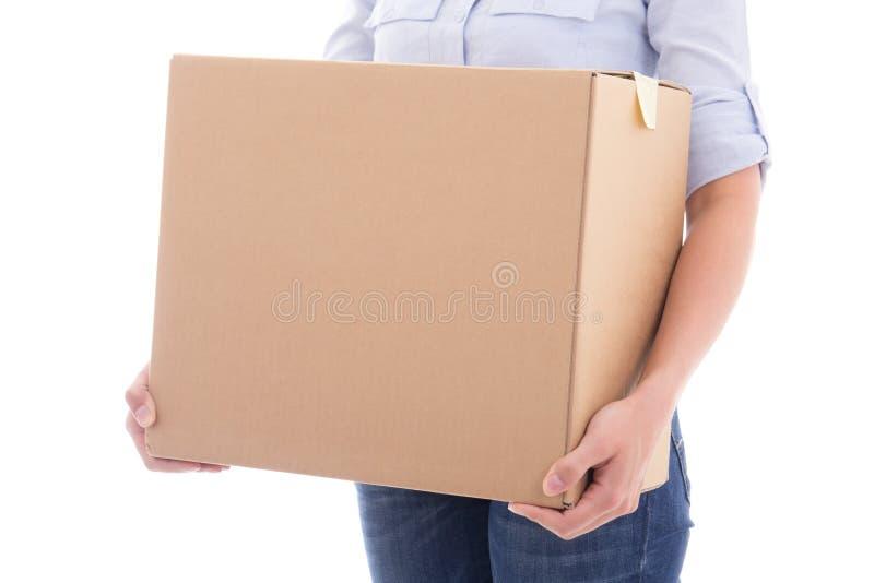 纸板移动的箱子在白色隔绝的妇女手上 免版税库存照片