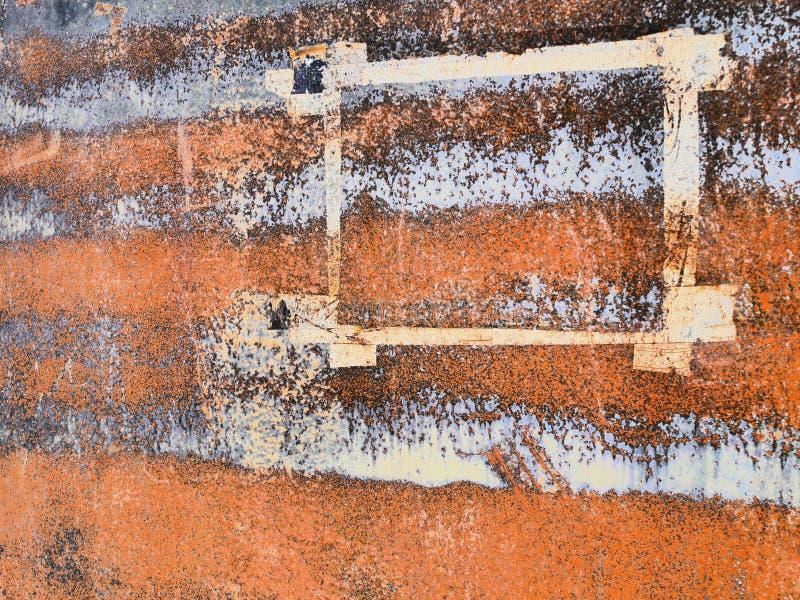 纸框架在铁锈金属表面,抽象难看的东西背景的角落离开 库存照片