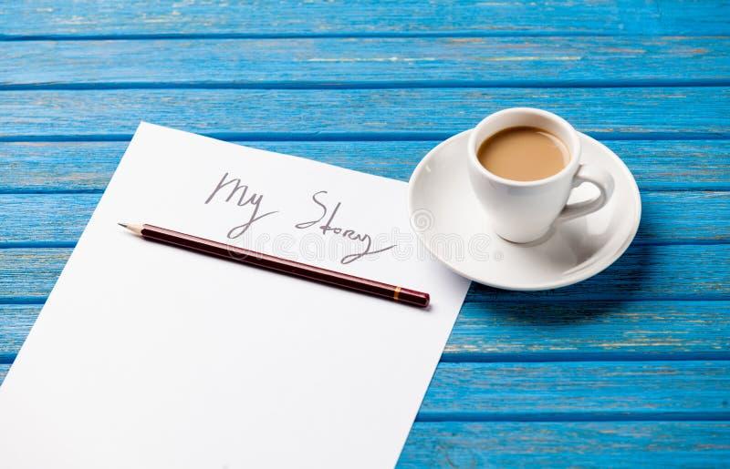 纸照片我的故事和咖啡在美妙的蓝色的 库存照片
