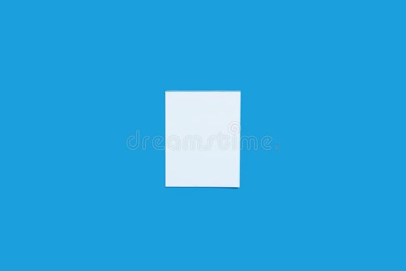 纸片关于蓝色背景的笔记 免版税库存照片
