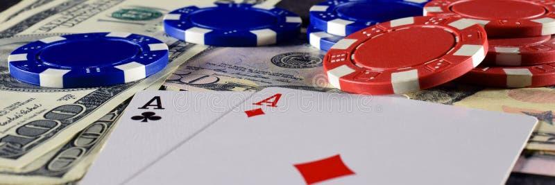 纸牌、纸牌筹码和美元 免版税库存照片