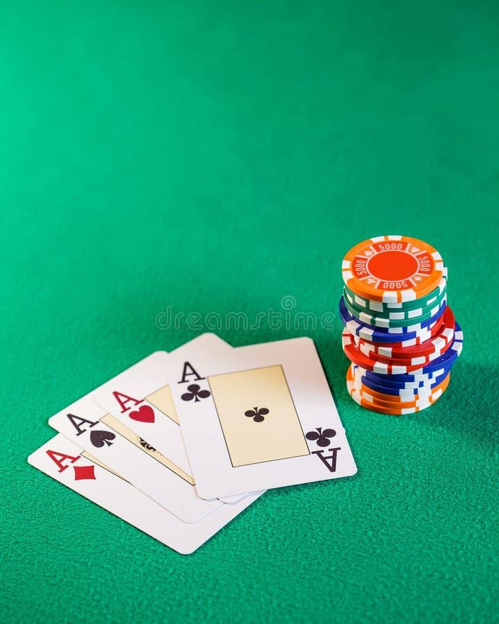 纸牌和纸牌筹码在桌上 免版税库存照片