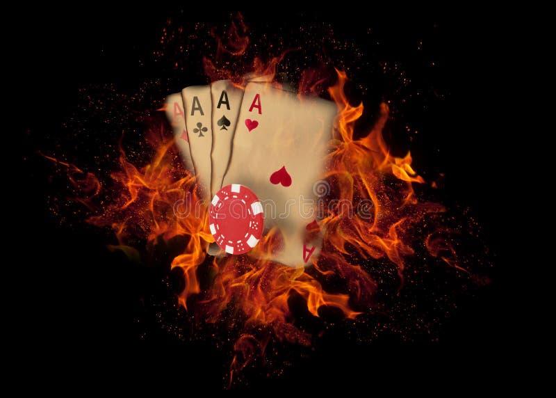 纸牌和芯片在火 赌博娱乐场概念 免版税库存照片