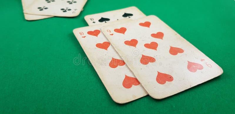 纸牌在选材台放置的十倍和九心脏 免版税图库摄影