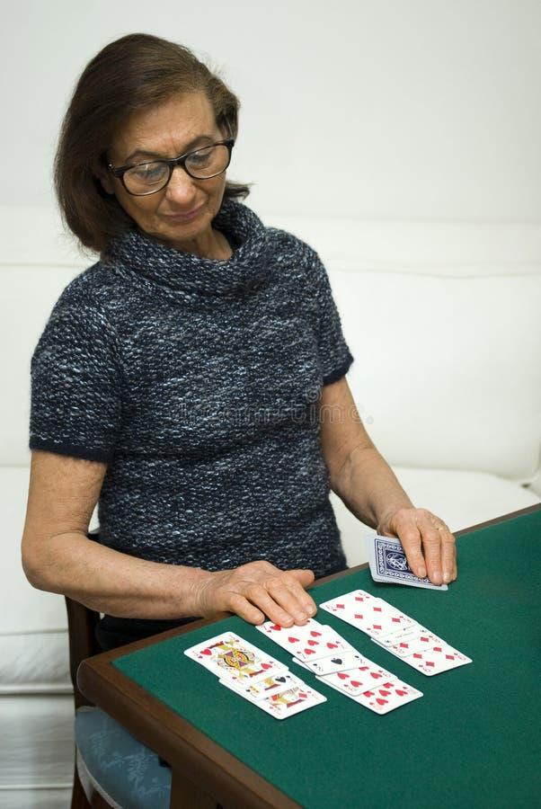 纸牌游戏高级妇女 库存图片