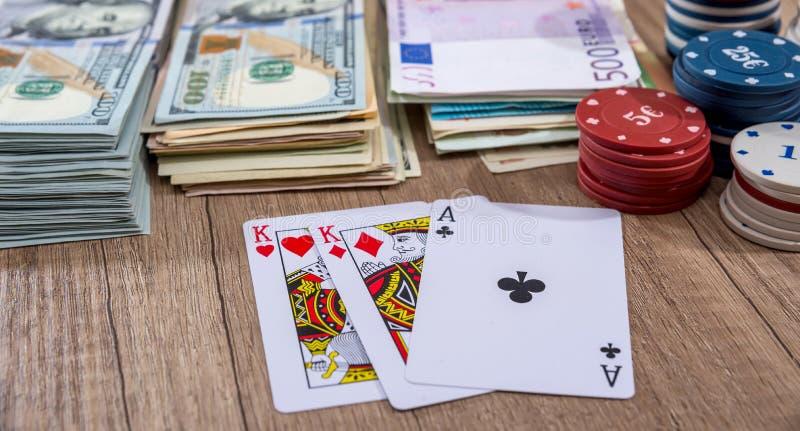 纸牌筹码、戏剧卡片与美元和欧洲票据 免版税库存照片