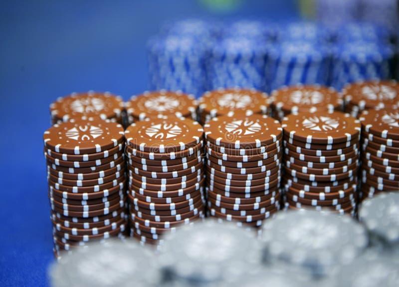 纸牌筹码五颜六色的赌博片断在堆的比赛表上说谎 免版税库存照片