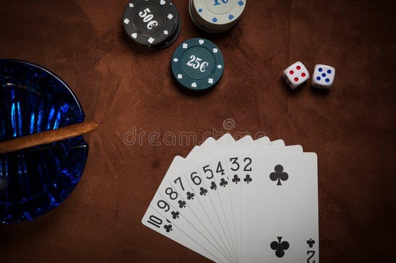 纸牌筹码和普通纸牌 库存照片