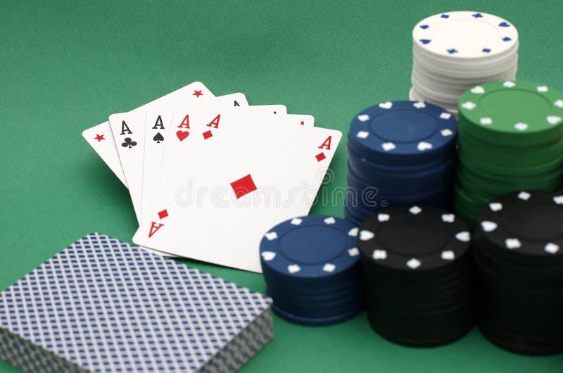 纸牌筹码和看板卡 免版税库存图片