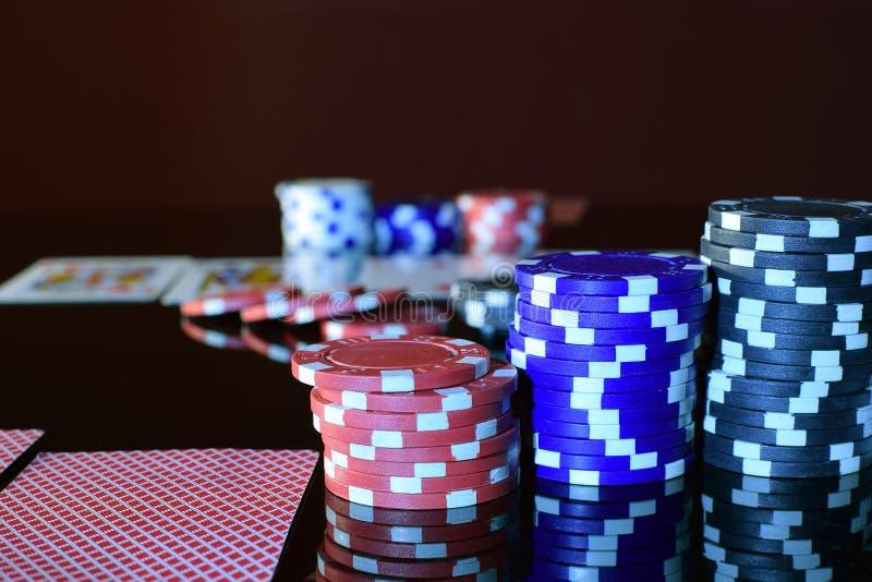 纸牌筹码和纸牌在赌桌上 免版税库存图片
