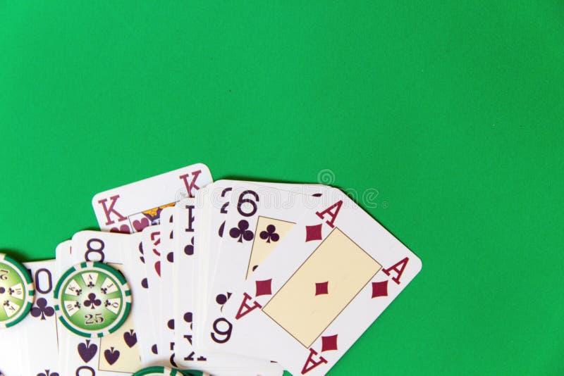 纸牌筹码堆和纸牌在选材台上 免版税库存照片