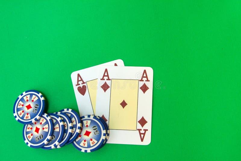 纸牌筹码堆和纸牌在选材台上 库存照片