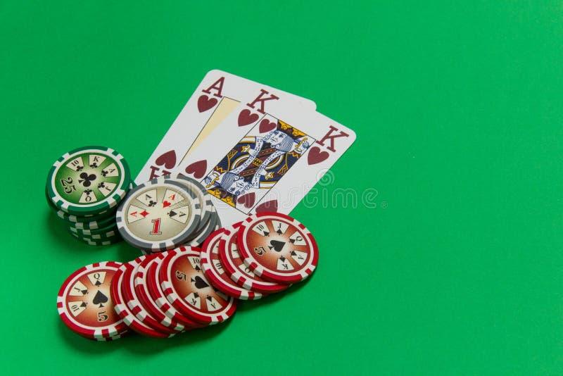 纸牌筹码堆和纸牌-一点和国王在选材台上 免版税图库摄影