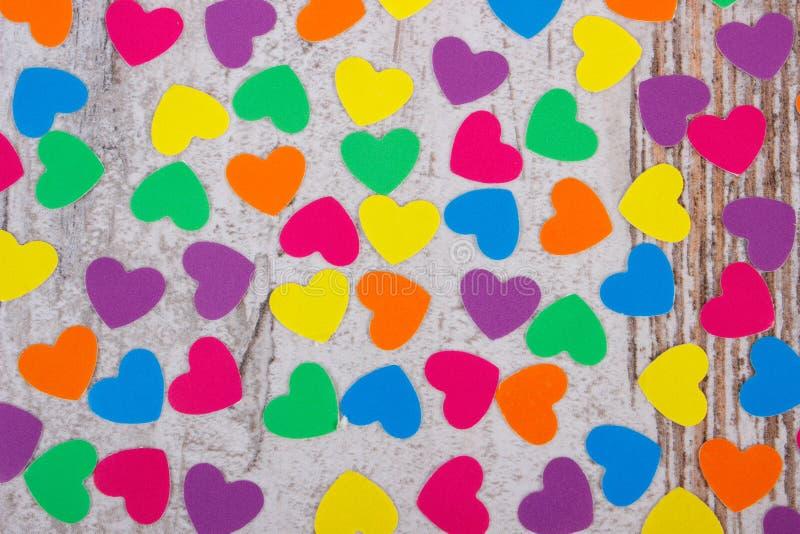 Download 纸的五颜六色的心脏华伦泰的老木背景的 库存图片. 图片 包括有 慈善, 表面, 概念, 重点, 甜心, 节假日 - 59110785